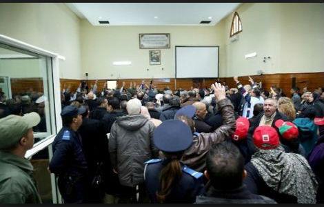 الزفزافي يشعل احتجاجات داخل المحكمة ويحدث فوضى
