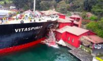لحظة تحطيم سفينة ضخمة لمنزل تاريخي على مضيق البوسفور (فيديو)