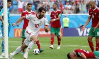 بالصورة: الرئيس الإيراني سعيد بفوز منتخب بلاده على الأسود