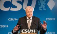 وزير الداخلية الألماني يقدم استقالته بسبب ملف الهجرة