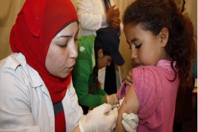 """الحسيمة:تضامن شعبي واسع ضد قرار توقيف الممرضة """"الزهرة"""" التي رفضت استعمال اللقاحات الفاسدة"""