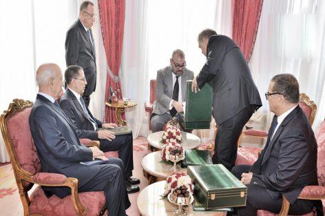 بعد إنتهاء المجلس الوزاري ..جلالة الملك يستقبل رئيس الحكومة ووزير الداخلية ووزير الإقتصاد وهذا هو السبب