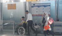 """ضحية """"الرغيف الأسود"""" يستعد رفقة والدته لمغادرة المغرب نحو تركيا بعد جمع 18 مليون لعلاجه"""
