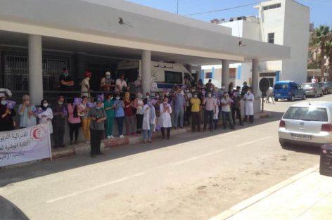 موظفي قطاع الصحة العمومية بالناظور في وقفة احتجاجية ضد تجاوزات مندوبة الصحة بالمستشفى الحسني بالناظور